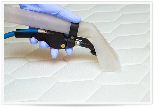 tech doing a mattress cleaning in atlanta ga